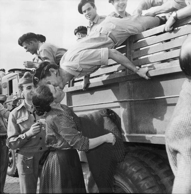 Um soldado beija a mulher quando regressa de Moçambique em 1962.