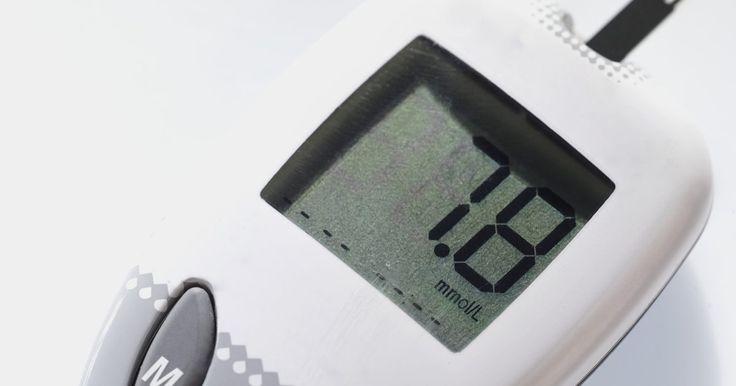 Cómo calibrar el monitor de diabetes One Touch Ultra. Una persona con diabetes debe verificar su nivel de azúcar en sangre varias veces al día. Una máquina que puede usar un diabético para hacer esto es la One Touch Ultra. Como con otros medidores de glucosa en sangre, tal vez debas calibrarlo antes de su primer uso o si comienza a funcionar mal. Calibrar el One Touch Ultra es muy simple y te llevará ...