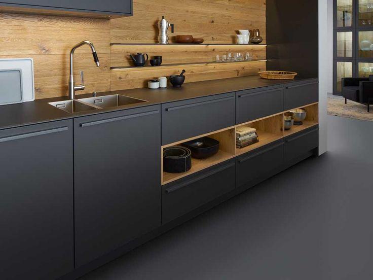Cette cuisine se distingue par son plan de travail pratiquement invisible avec son arête métallique périphérique de couleur gris carbone. Leicht.