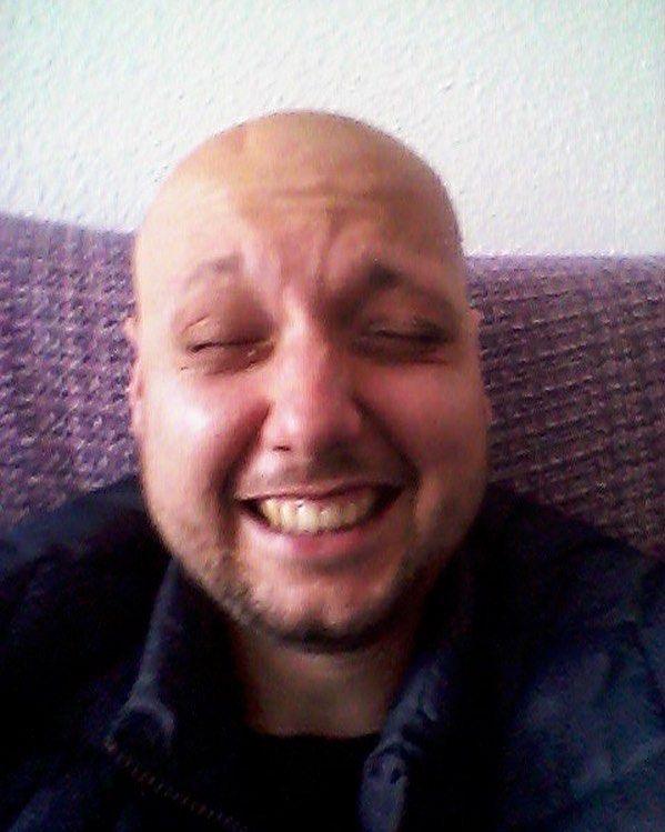 """No es Pablo Ráez que en paz descanse quien ha sido hasta el último día un ejemplo visible de lucha y actiud y portador de un mensaje vital digno de agradecer por parte de las personas sanas que nos distraemos de la vida por la inconsciencia del día a día. Ésta cara llorando de alegría es de otro ejemplo mucho menos conocido. Se llama Jose Carlos """"el Blanco"""" es un amigo de Torremolinos que hoy mismo ha recibido la noticia de que ha desaparecido el tumor cerebral """"terminal"""" que le…"""