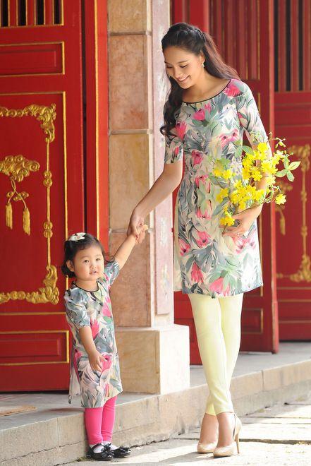 Mẹ con Hương Giang diện áo dài đôi xuống phố - VnExpress Giải Trí
