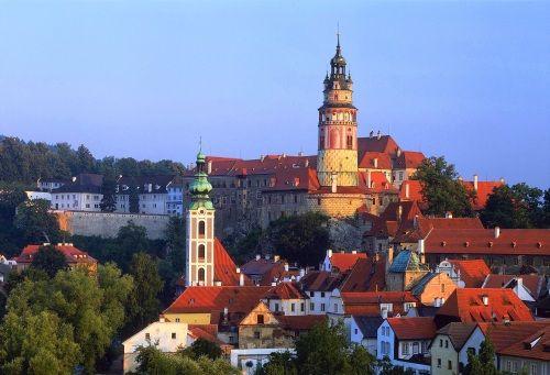 """Cesky Krumlov - betoverend Unesco stadje in Zuid-Bohemen. """"Klein Praag"""". Prima voor een dagtrip. Tip: loop ook eens een paar straatjes die niet (direct) tot de toeristische route behoren. Stuk rustiger, typisch Tsjechisch en ook goedkoper."""