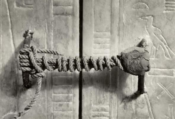 Intacto por 3.245 anos, o selo inviolado na tumba de Tutancâmon, 1922.  Fotografia:  Imgur.