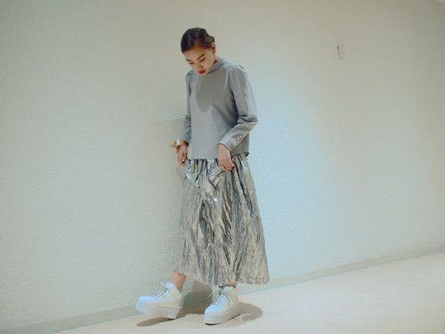 LOOKとは違う薄いグレーカラー! メタリックスカートでモード感UP!