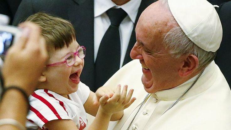 Pápež František s malým dieťaťom vo Vatikáne