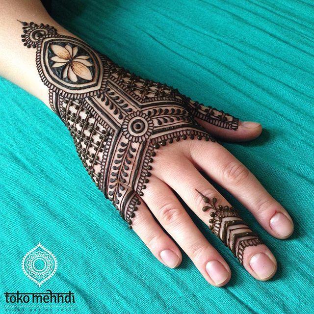 I love netting in my mehndi designs!  . www.facebook.com/tokomehmdi . #mehndi #henna #mehndi #mehendi #mehandi #dulhan #shaadi #bruid #bruiloft #wedding #bride #indianbride #indianwedding #moroccanwedding #weddingplanner #ontwerper #designer #interieurontwerper #utrecht #yoga #yogaart #beyonce #hennachai #chai #doula #zenArt #lotus #lotusflower #hennapro #loveyourbody