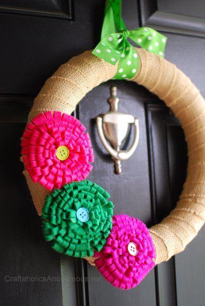 Spring wreath via @Linda Gardner: Diy Felt Wreath, Easy Burlap Wreath, Burlap Flower, Felt Flower Wreath, Spring Wreaths, Wreath Tutorial, Felt Flowers