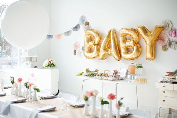 La baby shower de Jennifer... blanche et or !  Chez Séraphine venez découvrir notre collection de robes spéciale Baby Shower ici : http://www.seraphine.fr/vetements/robe-grossesse-baby-shower.html | Séraphine | Inspiration | Maternité | Bébé | Été | Baby Shower | Blanc | Or | Table | Grossesse | Idée cadeaux | White Baby Shower | All white | Decoration | Idées décoration |