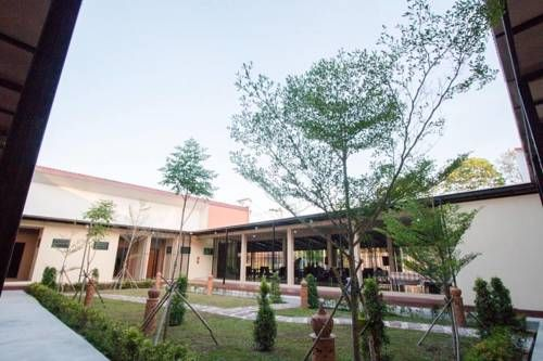 The Tide Resort Nakhon Si Thammarat Featuring free WiFi and a restaurant, The Tide Resort offers accommodation in Nakhon Si Thammarat. Free private parking is available on site.  Each room at this hotel is air conditioned and features a flat-screen TV.