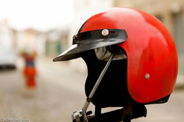 Fotografía de un casco de motocicleta en la bella ciudad de Almeida, Portugal.