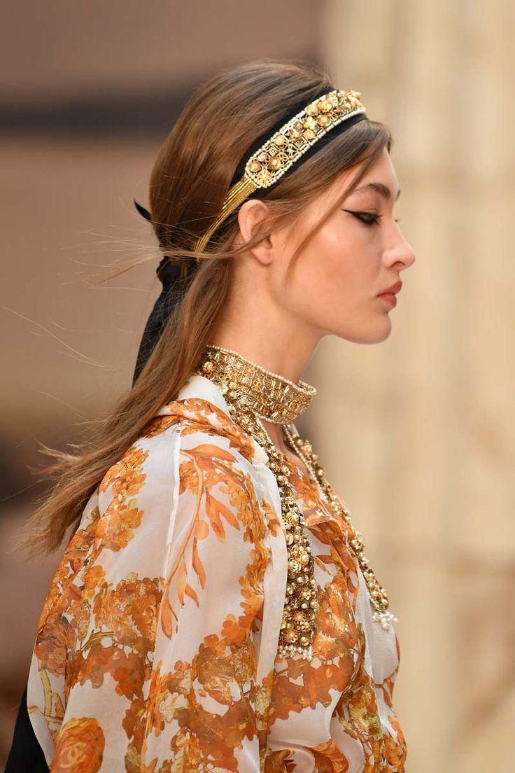 La maison Chanel 2018 transforma el Grand Palais en un escenario digno de la mitología helénica para presentar su colección para el próximo año.