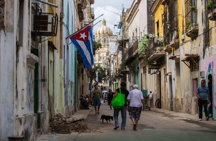 Uma bandeira a meio mastro é vista em Havana na manhã seguinte à morte do ex-presidente cubano Fidel Castro