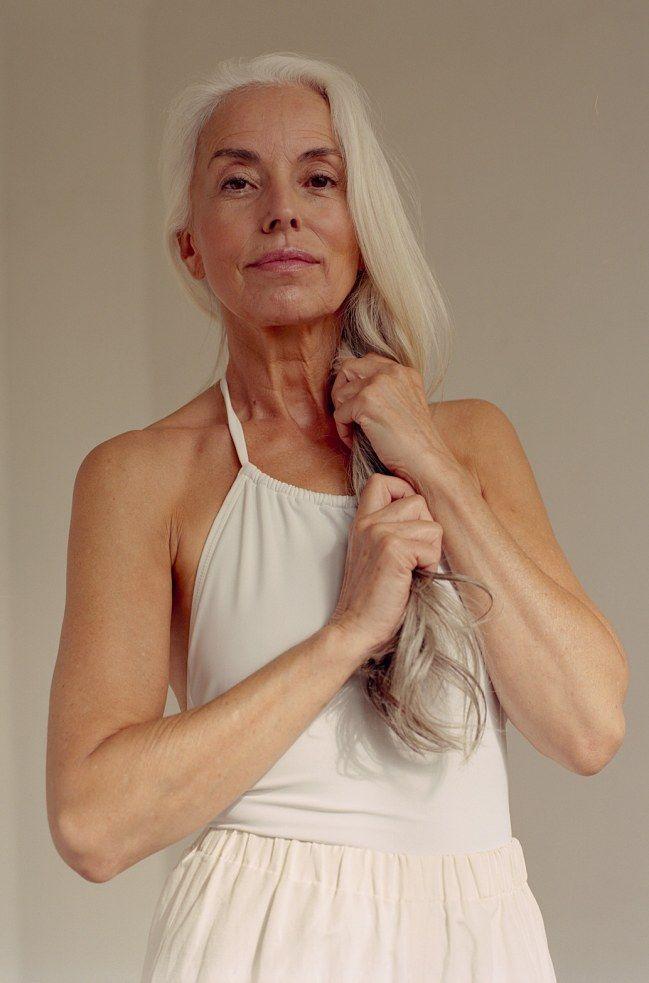 A 60 ans, le mannequin Yasmina Rossi pose en maillot de