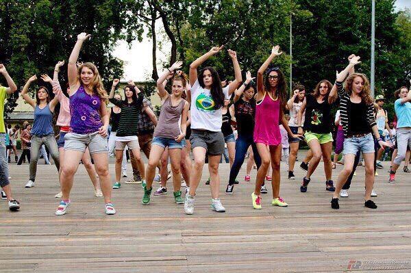 Московские парки, в которых можно бесплатно научиться танцевать  1. Уроки с участниками шоу «Танцы» Бесплатные занятия по современным танцам начались 18 июня и будут проходить каждые выходные в 7 московских парках. Бесплатные уроки современных танцев пройдут с хореографами и фитнес-инструкторами центра «Proтанцы», среди которых и участники шоу «Танцы» на ТНТ Пена, Саша Ким, Анастасия Чередникова, Михаил Шабанов и другие. В программе хип-хоп, джаз-фанк, дансхолл, брейк-данс и рагга. С 18 июня…