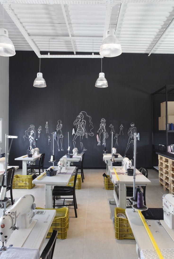 Sala de corte e costura com parede de quadro negro para desenho dos modelos. By Gisele Taranto.