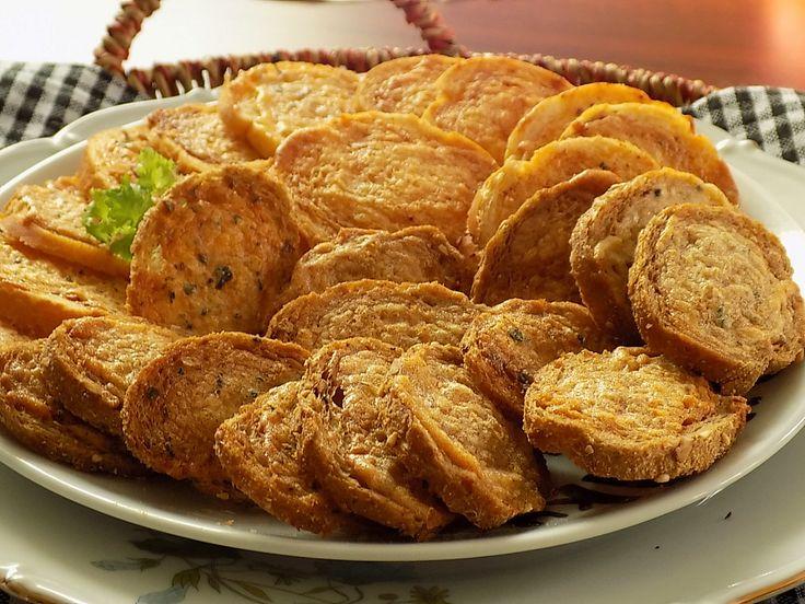 Rohlíky nakrájíme na tenká kolečka cca 1/2 cm. Majonézu smícháme s česnekem, paprikou a bazalkou nebo třeba pizza kořením. Kolečka namažeme...
