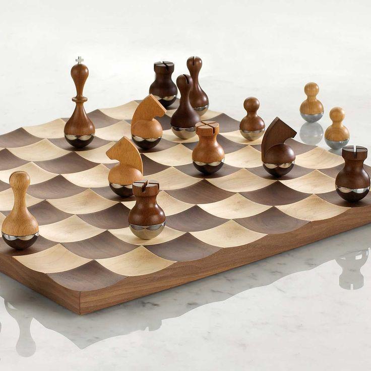 Edel und aufsehenerregend, originell mit Klasse: Das Designer-Schachspiel hat nicht nur uns überzeugt, sondern auch die Jurys internationaler Design-Awards! Auf dem geschwungenen Brett aus Ahorn und Walnuss kommen die extra schweren Holz/Chrom-Figuren schließlich zur Ruhe. Schach spielen mit neuer Dimension – da wird das Spiel zur Augenweide!