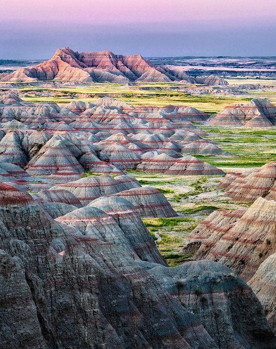 Situé au Sud-Ouest de l'État du Dakota du Sud, au Nord des Grandes Plaines, le parc national des Badlands est un parc naturel national qui offre des paysages érodés et de prairies