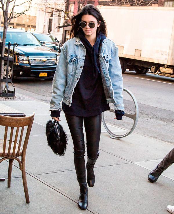Calça de couro + jaqueta bomber e moletom - street style