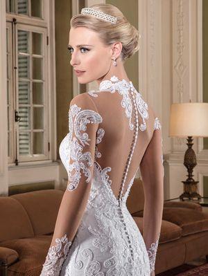 Vestido de noiva sereia, gola alta, mangas longas, tela paetizada como camada principal, com aplicações de renda fio de seda, parte superior com aplicações bordadas com pedrarias diversas, transparência nude.