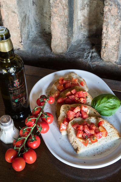 Bruschetta al pomodoro @hotelcisterna #sangimignano #tuscany #italy #travel #tomatoes #ristorante #italyfood