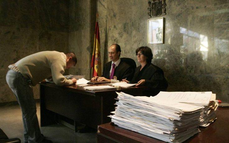 Los nuevos españoles que nunca debieron serlo    El Gobierno otorga por error la nacionalidad a decenas de delincuentes con detenciones o ...