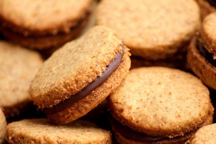Biscoitos integrais com recheio de chocolate