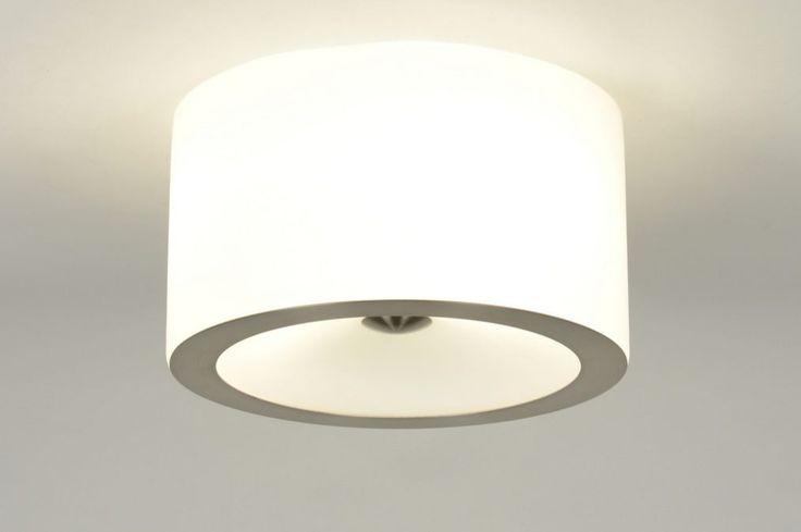 Artikel 71565 Cilindervormige plafondlamp gemaakt van mat wit opaal glas. Aan de onderzijde van het armatuur zit een zeer platte ring en in het midden van de onderzijde een vrij platte knop. Deze zijn uitgevoerd in geschuurd staal. https://www.rietveldlicht.nl/artikel/plafondlamp-71565-modern-design-glas-wit_opaalglas-staal_-_rvs-rond