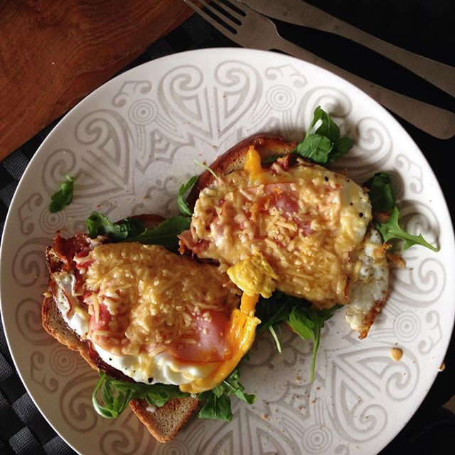 Special breakfast op de vrijdag.. Specialiteit van m'n vriendje  Hoef de hele middag niet meer te eten, maar zo lekker eitje! #uitsmijter#ontbijt