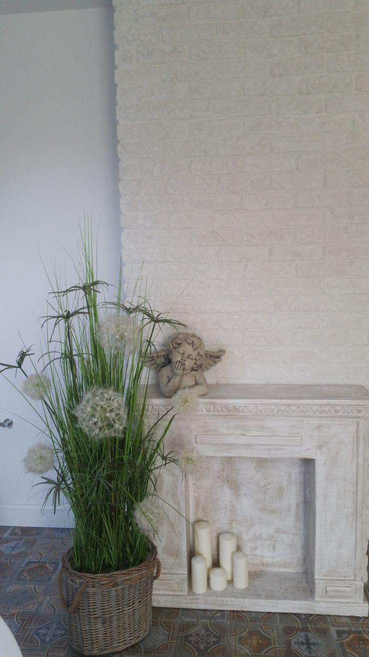urocza atrapa kominka w towarzystwie traw z naszej pracowni tendom.pl - dom Pani Ewy