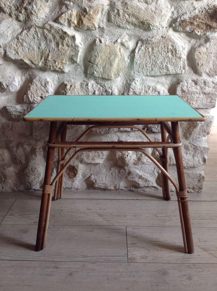 Table d'appoint, bout de canapé en rotin. Le plateau est peint dans une couleur vert mint