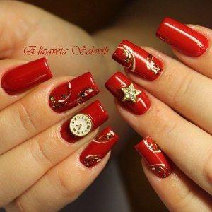 Красный новогодний маникюр с золотыми вензелями, часами, стразами и звездочкой