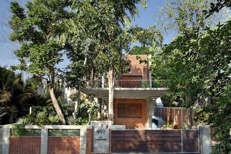 Eine Farbe Rich Indian Home mit konkreter Architektur und Interieur  #futuristis… Eine Farbe Rich Indian Home mit konkreter Architektur und Interieur  <a class=