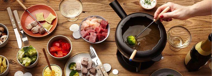 Fondue ist ein Klassiker an den Feiertagen, denn es lässt sich super vorbereiten und ist perfekt für geselliges Beisammensein. Probieren Sie das Brühe-Fondue aus dem REWE Rezept. »