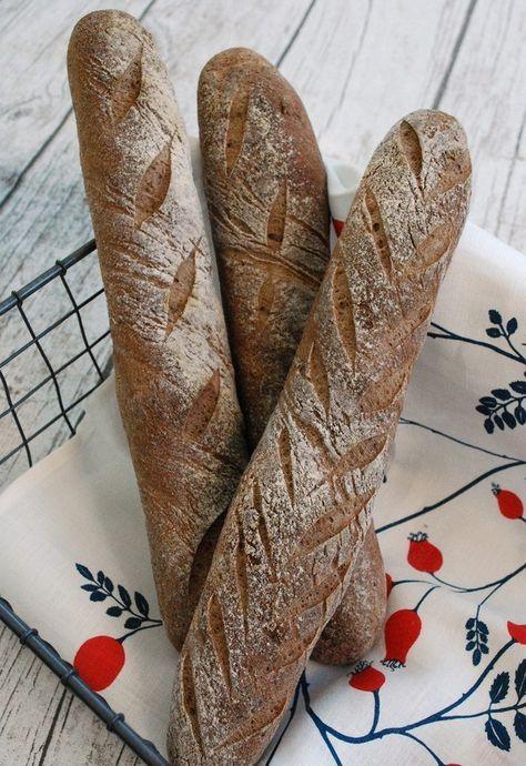 Äntligen kan jag dela med mig av mitt recept på glutenfria baguetter. De här blir lika goda varje gång och är ett av de bröd som barnen oftast önskar sig när jag frågar om jag ska baka något särskilt. Dessutom blir degen så pass bra att man kan snitta bröden lite vackert. Jag är fortfarande försiktig när jag snittar men nästa gång ska jag nog ta i lite mer. Degen verkar klara av det. Jag har bakat baguetter efter recept från både 'Nytt bröd', 'Friendly Bread' och 'Baka glutenfritt' och de…