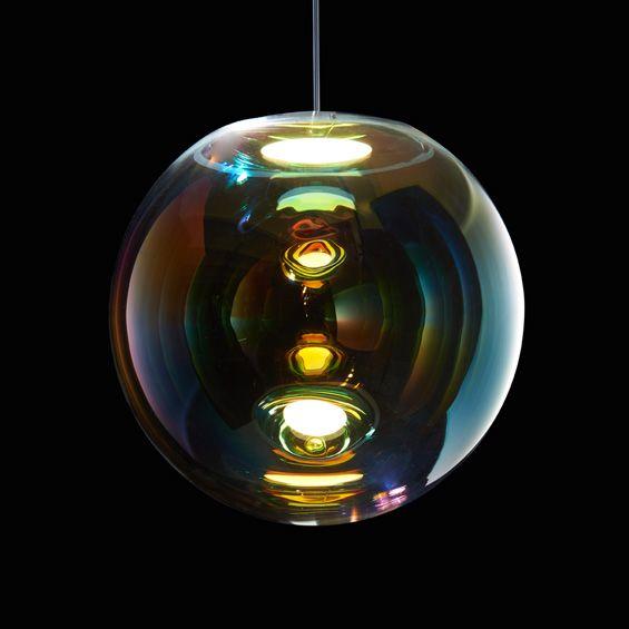 """En avant première du Salon du Meuble de Milan, la Gallery S. Bensimon présente la collection """"Iris"""" du designer Sebastian Scherer pour Studio Neo/Craft. Des suspensions aériennes aux allures de bulles de savon, en verre soufflé à la bouche. ..."""