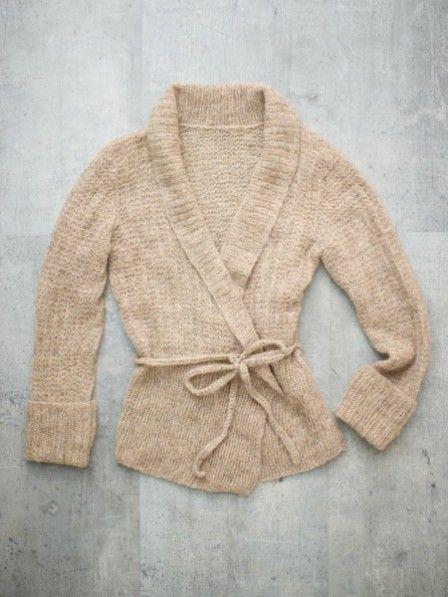 So schön kuschelig und dabei so stylisch: Mit dieser einfachen Anleitung können Sie eine tolle Wickeljacke ganz einfach selber stricken.