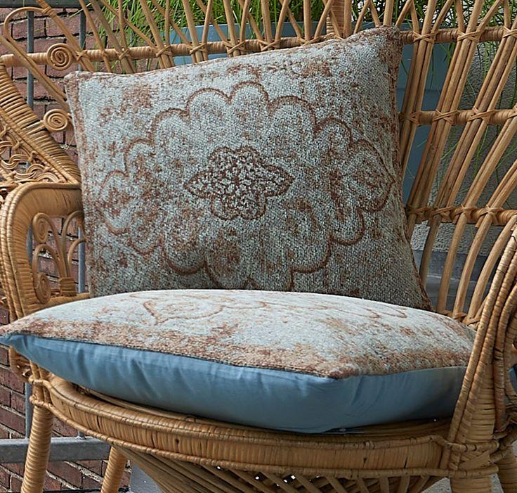 Het blauwe kussen 'Newport' van Kwantum heeft een mooi perzisch dessin. De afmeting van het kussen is 45 x 45 cm. Naast 'Newport' heeft Kwantum een uitgebreide collectie woontextiel, met daarin woon- en sierkussens, plaids en tafelkleden en placemats in allerlei soorten en maten. Zo haal je mooie en lekker zachte stoffen in huis, gegarandeerd voor de laagste prijs.