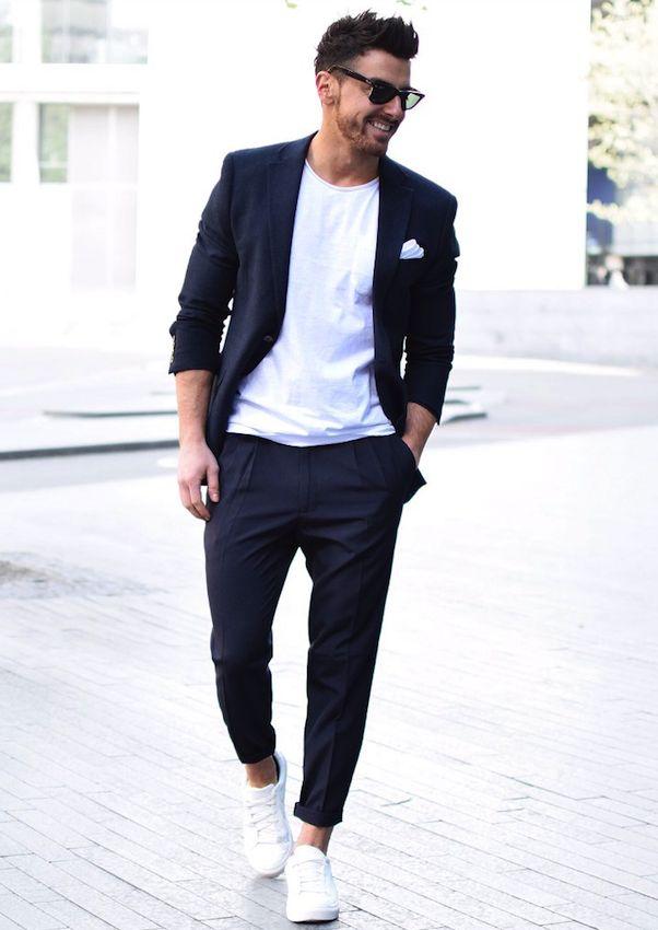 ブラックセットアップスーツ,しろTシャツ,白スニーカーメンズファッションコーデ