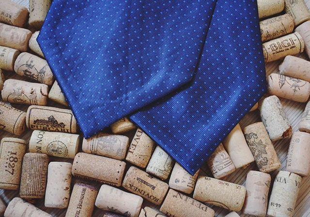 Pentru o seară reușită alege eleganța și un vin bun!          #cravata #cravatascot #tie #accesorii #accessoriesformen #accessories #menswear #fashion #style #wine #mensfashion #mensstyle #photografy #instagood #instaphoto #bluetie #festivities #wednesday #bucharest #ploiesti #romania #elegance #stylefashion  #Onore #InnobileazaTinutaDomnilor