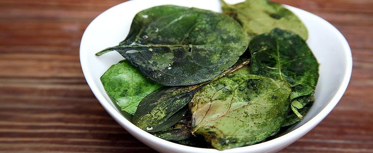 Ovenbaked Spinach Chips: 2 cups baby spinach, washed and dried 1/2 tablespoon olive oil Garlic powder Sea salt