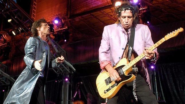 Concierto en 2003. Alex Carrasco, redactor jefe de «V Magazine» y profesor del Instituto Europeo de Diseño, cree que The Rolling Stones tienen dos grandes logros estéticos. «Por una parte, al ser la primera banda de rock and roll global y con una duración en activo de las más largas de la historia de la música contemporánea, la influencia de su imagen no ha conocido límites geográficos ni generacionales».