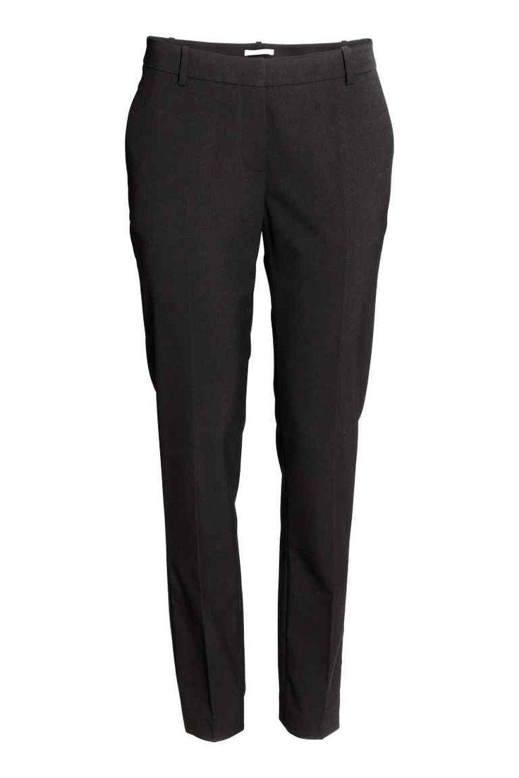 Pantalon de tailleur: Pantalon de tailleur en tissu extensible. Modèle avec jambes effilées et taille de hauteur classique. Poches latérales et une poche passepoilée dans le dos. Fermeture par agrafe dissimulée devant. Plis marqués.