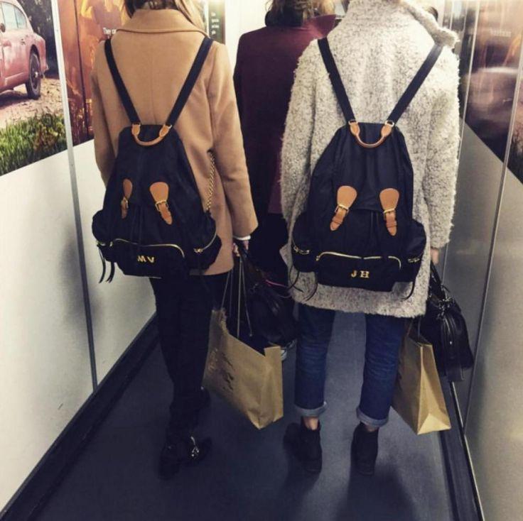 Is deze Burberry bag dé rugzak van het nieuwe seizoen? Julie Hoomans en Maartje Verhoef kregen hun eigen gepersonaliseerde rugzak.