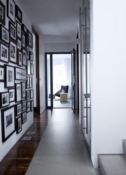 idea para decorar pasillos con cuadros