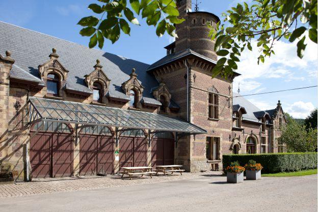 Ingeklemd tussen Maastricht, Luik en Aken ligt Plombières (Nederlands: Blieberg) en hier kun je overnachten in de bijgebouwen van het overweldigende kasteel van Beusdael. Het kasteel bied je zeeën aan ruimte met de 240 vierkante meter die je tot je beschikking krijgt. Je kunt hier met 9 personen comfortabel slapen.  #origineelovernachten #reizen #origineel #overnachten #slapen #vakantie #opreis #travel #uniek #bijzonder #slapen #hotel #bedandbreakfast #hostel #kasteel #groep