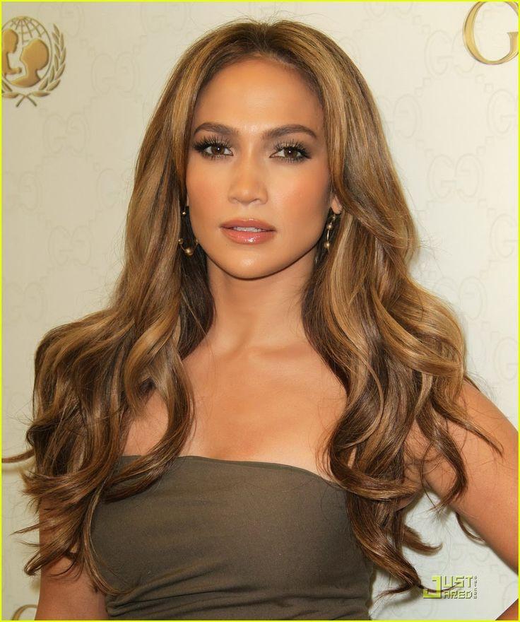 Jennifer Lopez, colorito giallo, sottotono caldo.  Vedete come entrambe abbiano un colorito giallino. Si differenziano però dal sottotono: Jennifer Lopez è caldissima, i suoi colori sono l'oro, il rame, il verde oliva. Rooney Mara è invece gialla ma fredda, si illumina con colori quali rosso cardinale, nero, argento.
