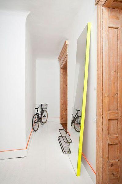 Un couloir à la déco fluo