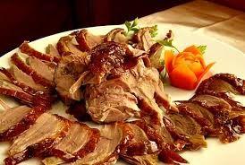 34 - Suele servirse el pato frecuentemente en dos platos separados: uno primero con solamente la piel crujiente (el principio del corte), considerado un manjar, y otro con las rebanadas de carne cortadas incluyendo parte de la piel.