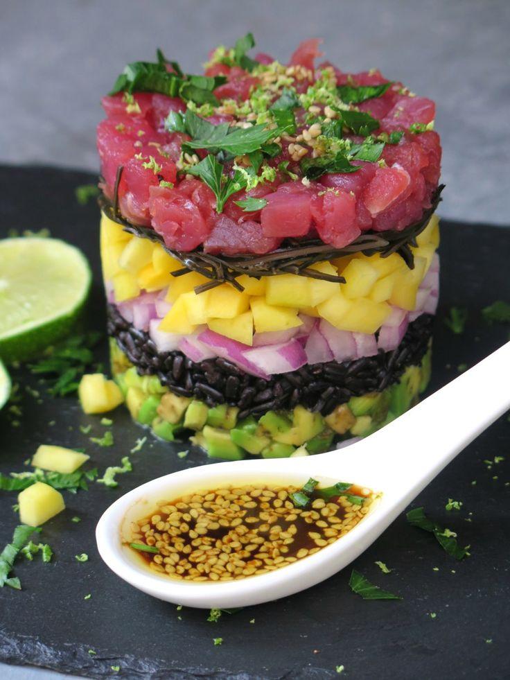 Tartare di tonno con riso venere, frutta esotica e salsa al sesamo